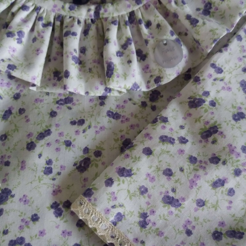 Blouse tissu petites fleurs lavande et dentelle de finition