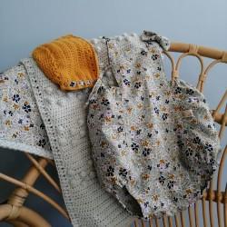 Barboteuse tissu avec petits motifs fleuris et bretelles réglables par boutons pressions