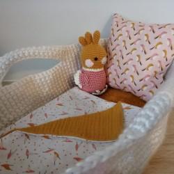 Couffin pour poupée réalisé au crochet avec coussin et petite couverture
