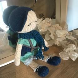 Doudou Amigurumi Bonhomme de 30cm avec casquette et vêtements. Fait au crochet avec un fils de coton dans une nuance de bleu