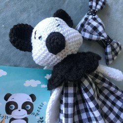 Doudou sensoriel tête de panda au crochet et corps en tissu vichy noir et blanc