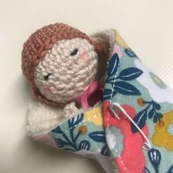 Mini poupée au crochet emmaillotée dans une lingette