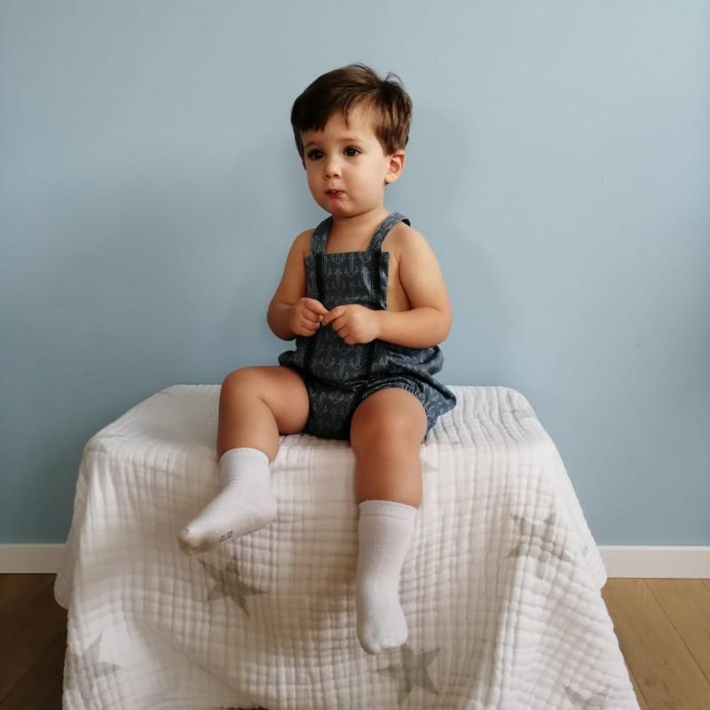 Barboteuse garçon, tissu bleu gris, motif ancres, galon sur l'avant, pression pour réglage des bretelles