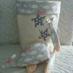 Pochon de rangement en tissu motif baleine livré avec un doudou baleine et deux doudous poisson